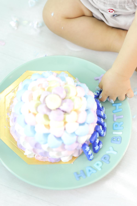 ケーキを触っている手元の写真